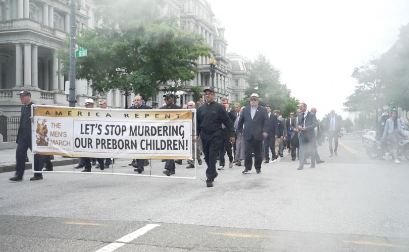 """Lần đầu tiên, hàng trăm đàn ông  Hội """"Men's March"""" đã tụ tập để chống lại nạn phá thai tại  Washington-DC"""