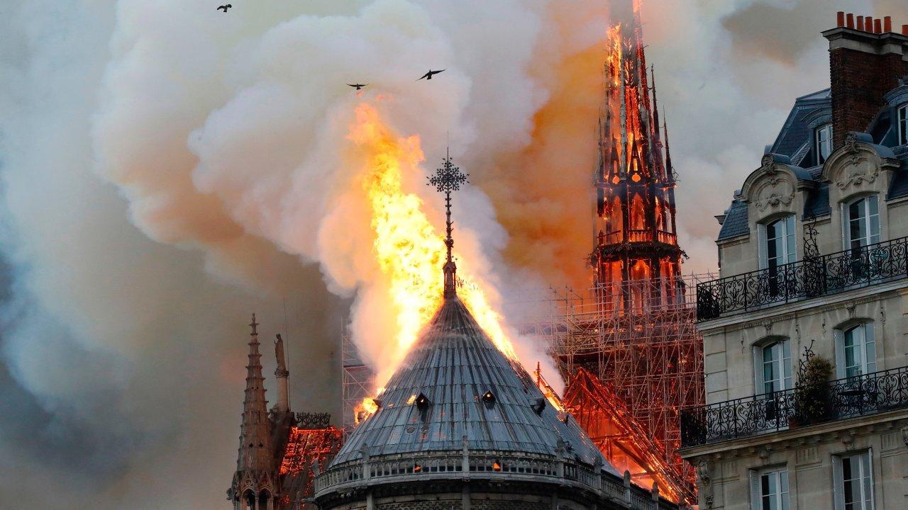 Ngọn lửa từ Nhà Thờ Đức Bà đốt cháy trong trái tim của chúng ta một lỗ hổng, nhưng lại không thể tiêu hủy đức tin của chúng ta.