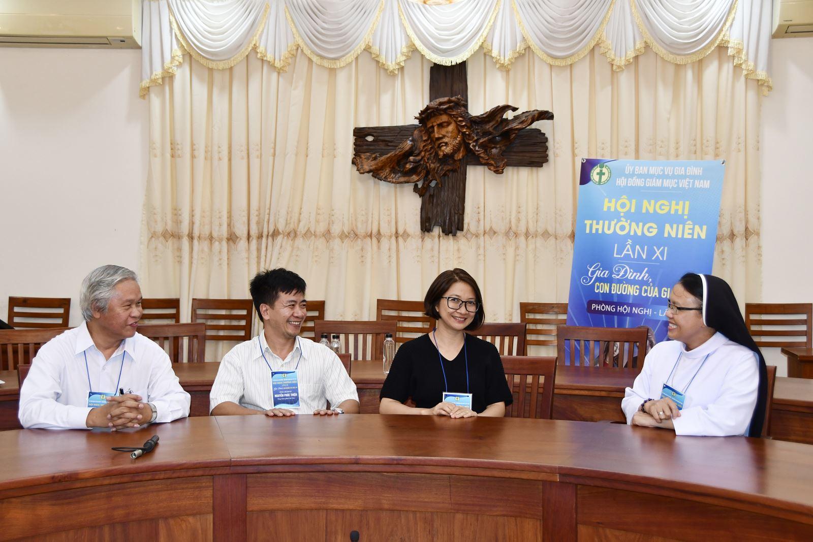 Gặp gỡ với các Anh Chị Giáo dân là Khách mời và Đại biểu của HNTN Lần XI của UBMVGĐ