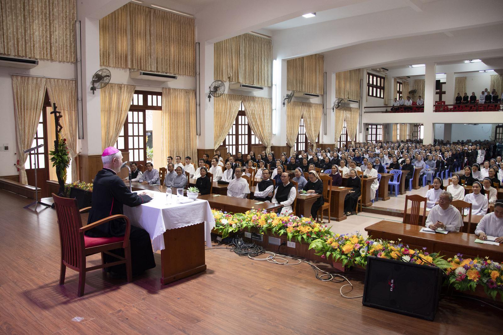 Gia đình Liên Tu Sĩ Giáo phận họp mặt truyền thống, chúc Xuân quý Đức Cha
