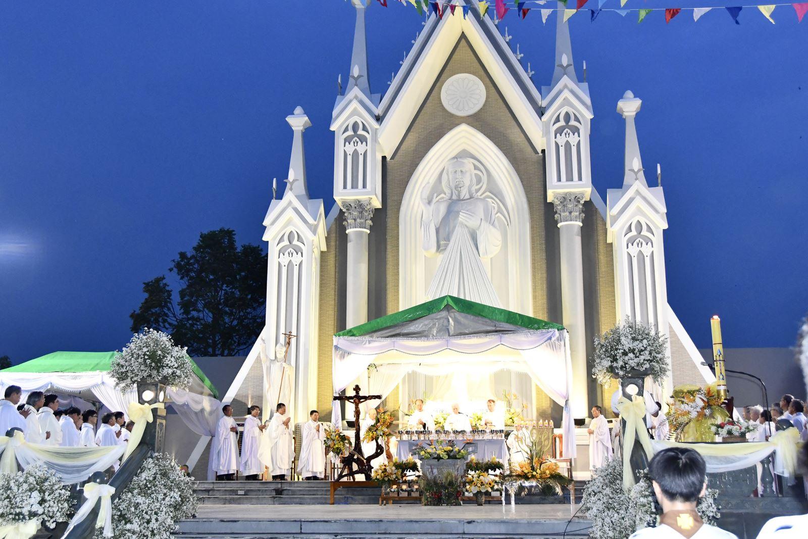 Ngày Hành Hương Lòng Chúa Thương Xót và Thánh Lễ Mừng Kim Khánh Linh Mục Đức Cha Giuse Đinh Đức Đạo