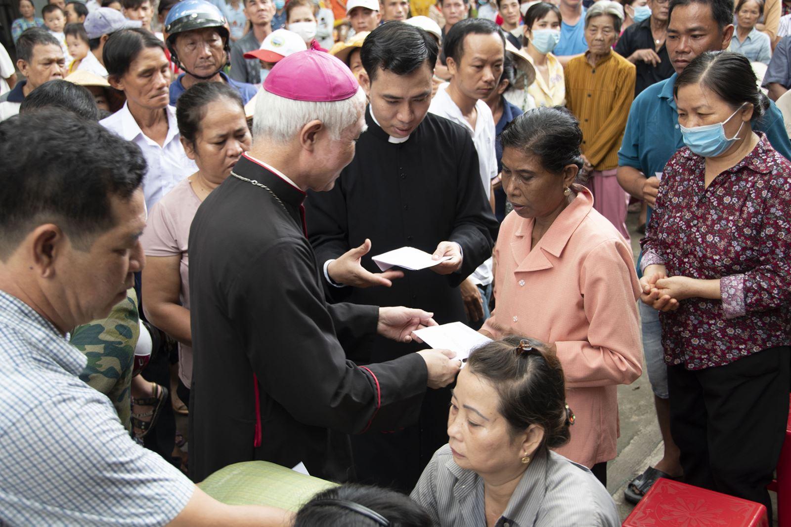 Đức Cha Giáo phận gặp gỡ và chia sẻ anh chị em di dân thất nghiệp, khó khăn.