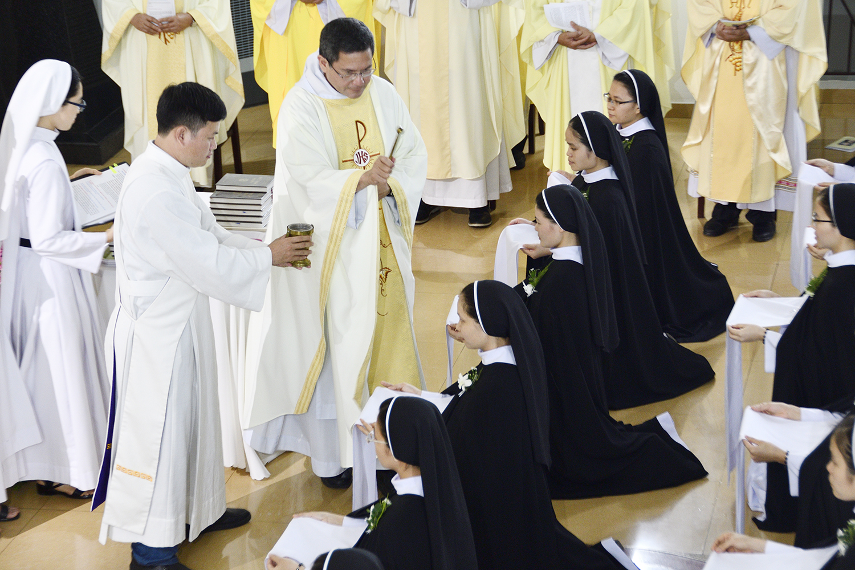 Thánh Lễ Tạ Ơn và Nghi thức Khấn Lần Nhất của 21 Tân Khấn Sinh do Cha Bề Trên Tổng Quyền Dòng Đa Minh chủ sự.