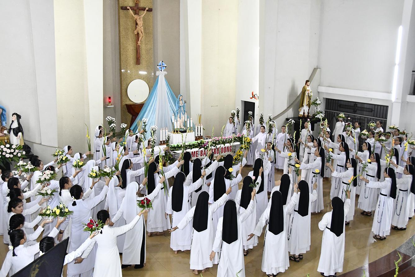 Dâng hoa lên Mẹ Maria, Đấng Bảo Trợ Dòng