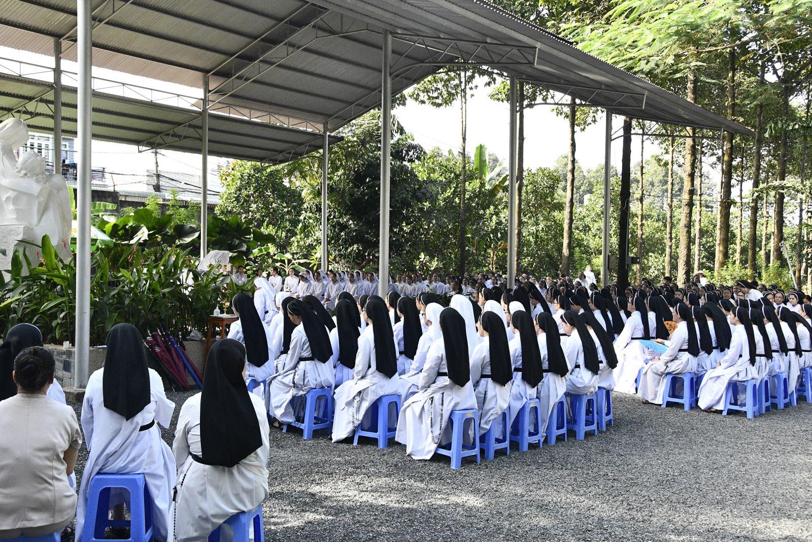Bề Trên Tổng Quyền và Chị Emhiệp dâng Thánh Lễ cầu nguyện cho các Linh hồn tại Nghĩa Trang Hội Dòng